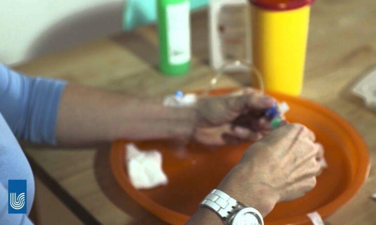 Video Platzhalter - Frauschliesst Infusion Mit Der NaCl Spritze ab