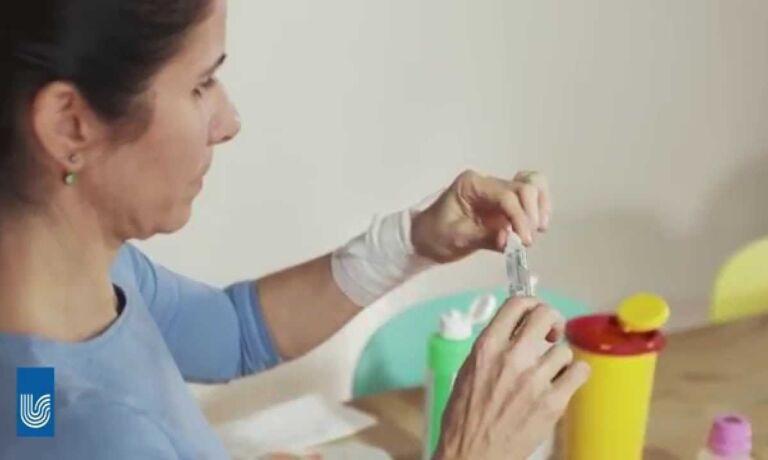 Video Platzhalter - Frau bereitet ein NaCl Spülfläschchen Und Fertigspritzen vor