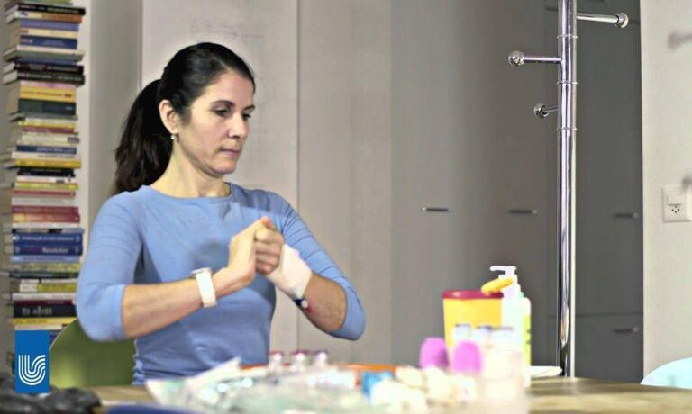 Video Platzhalter - Eine Frau reibt sich die Hände