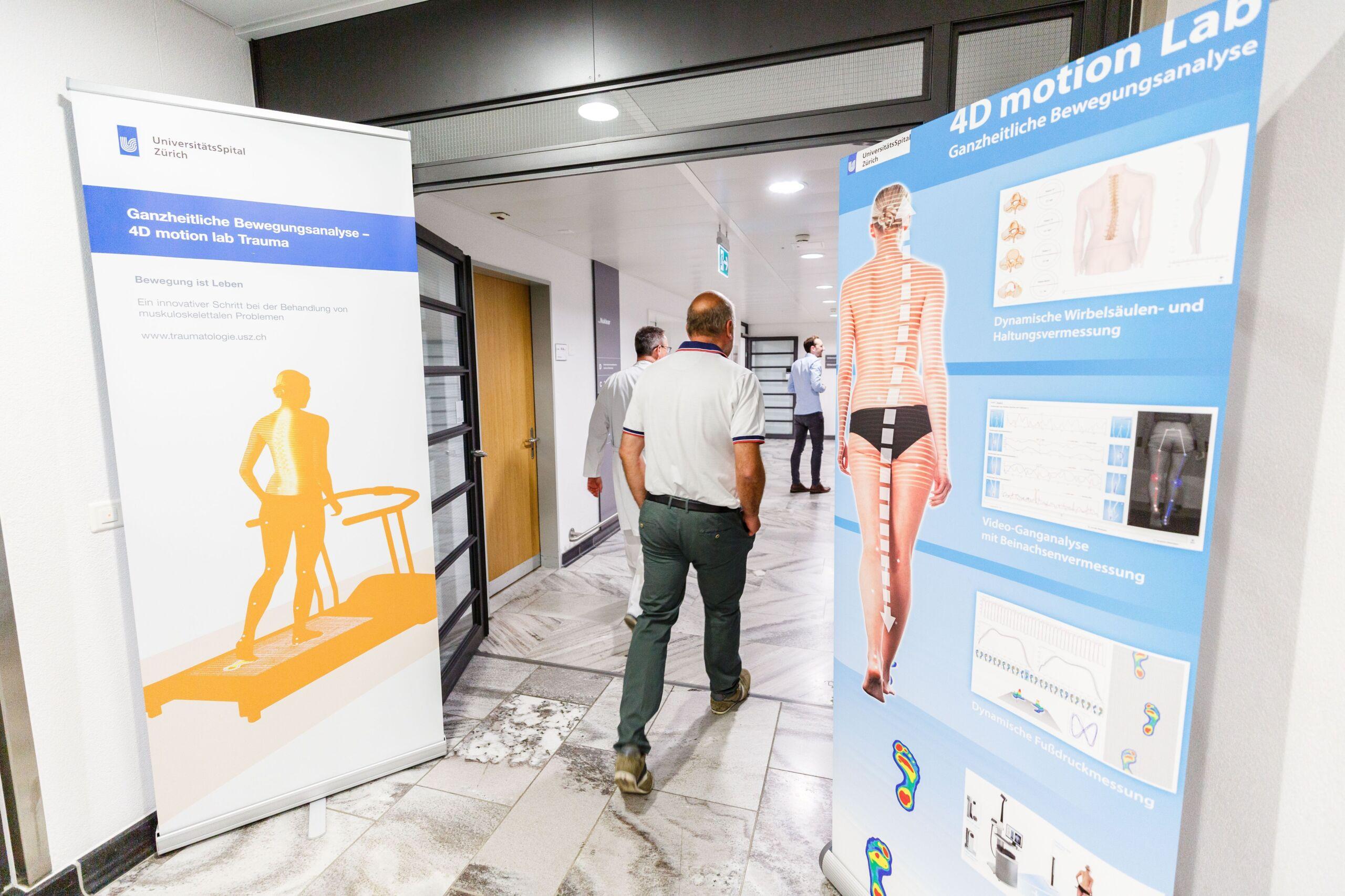 Patient läuft durch die Bewegungsanalyse