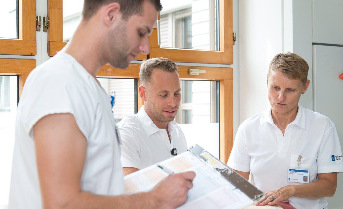 Drei Pfleger besprechen etwas