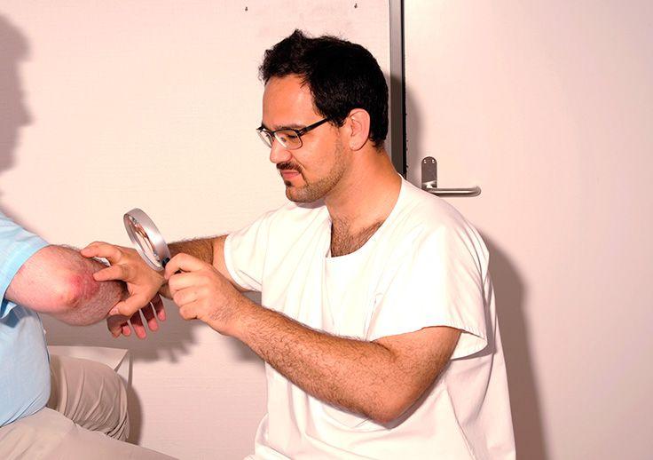 Arzt untersucht Patient mit Schuppenflechte