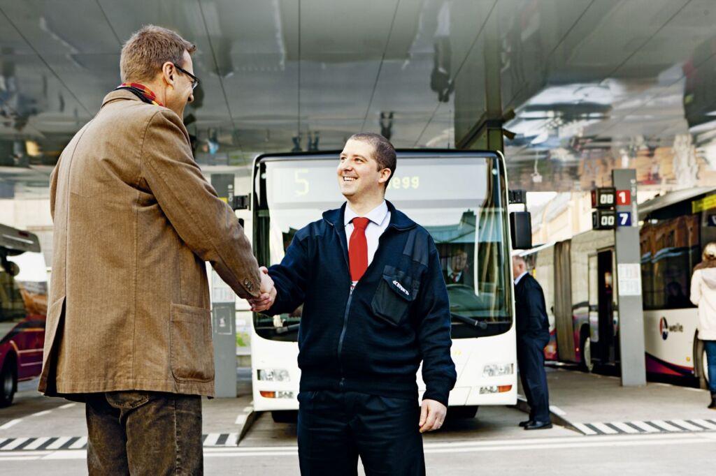 Patient und Busfahrer geben sich die Hand