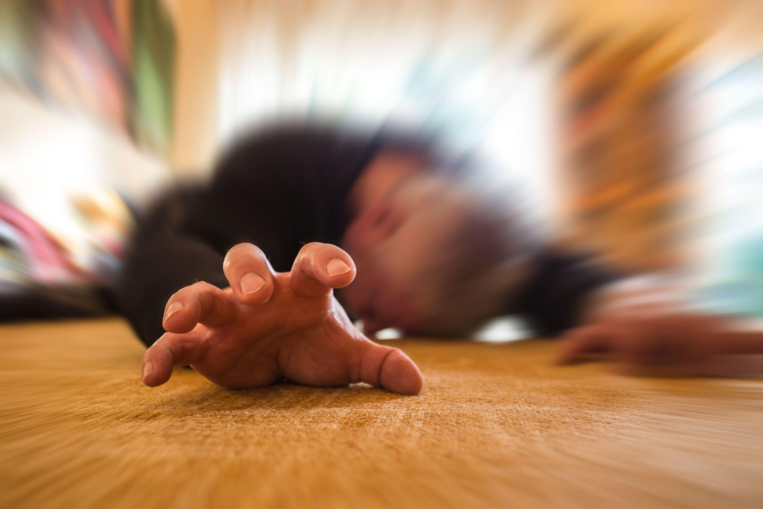 Mann mit Epilepsie liegt am Boden