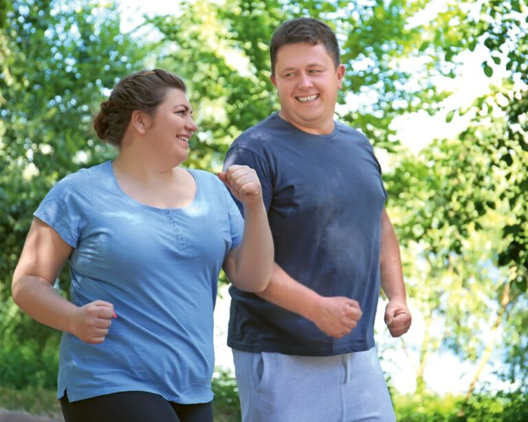 Korpulenter Mann und korpulente Frau am joggen