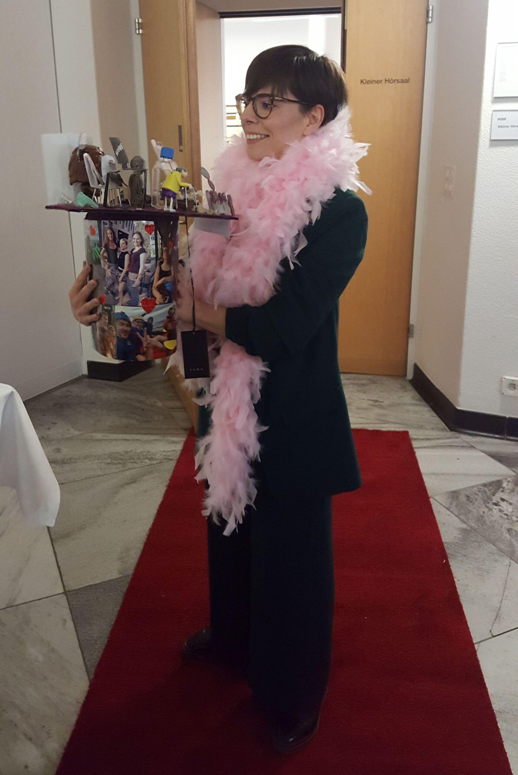 Elena Pachera erhält einen Preis