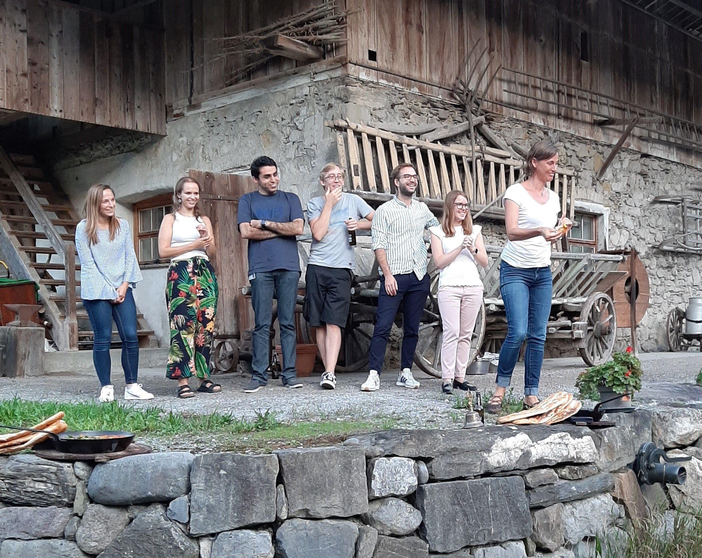 Team Forschung RUZ an Teamevent vor einem alten Haus