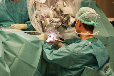 Chirurg führt Operation am Ohr durch
