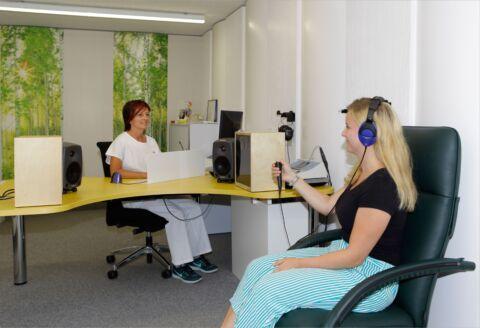 Medizinerin trifft Vorabklärungen mit Patientin im Besorechungszimmer.