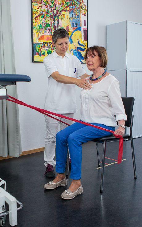 Eine Patientin macht unter Anleitung ein paar Dehnübungen