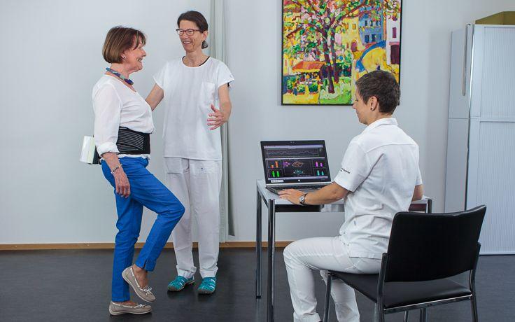Bei einer Patientin wird ein Gleichgewichtstest durchgeführt