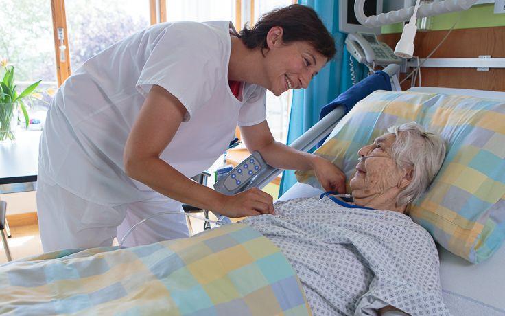 Eine Pflegerin schaut nach einer Patientin