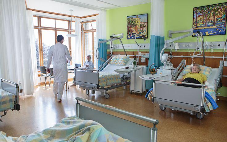 Das Patientenzimmer mit mehreren Betten