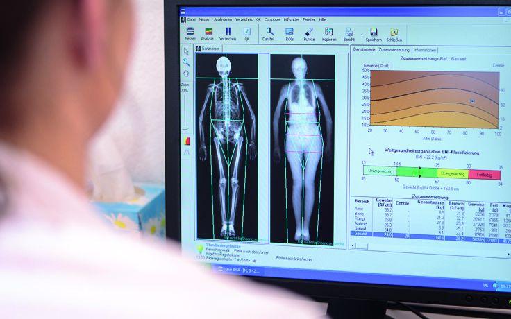 Eine Ärztin schaut sich Daten und Aufnahmen an einem Bildschirm an