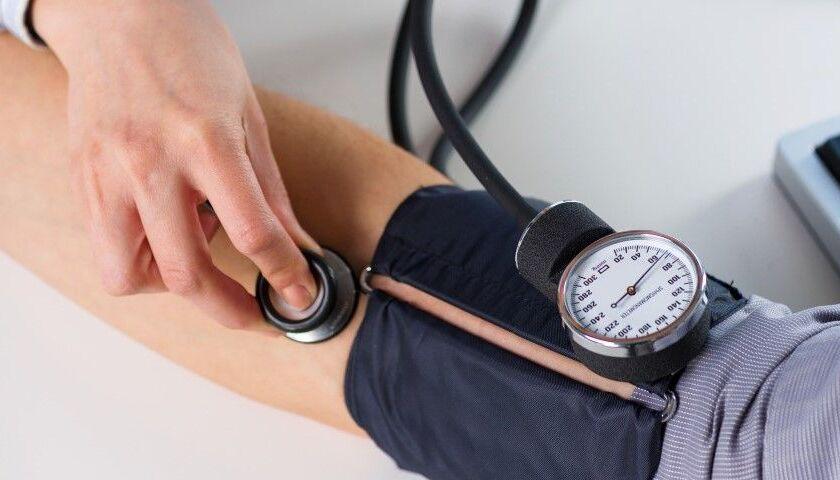 Einem Patienten wird der Blutdruck gemessen