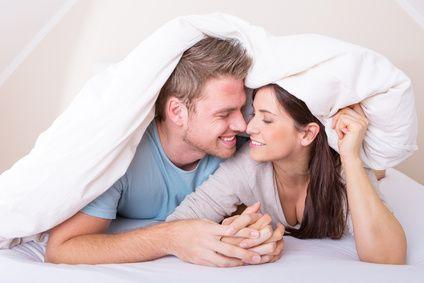 Ein Paar unter einer Decke