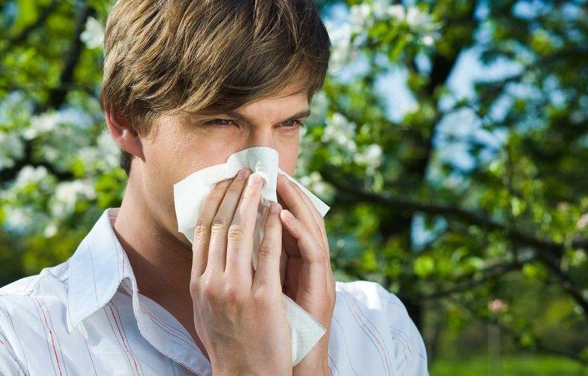 Mann mit einem Taschentuch