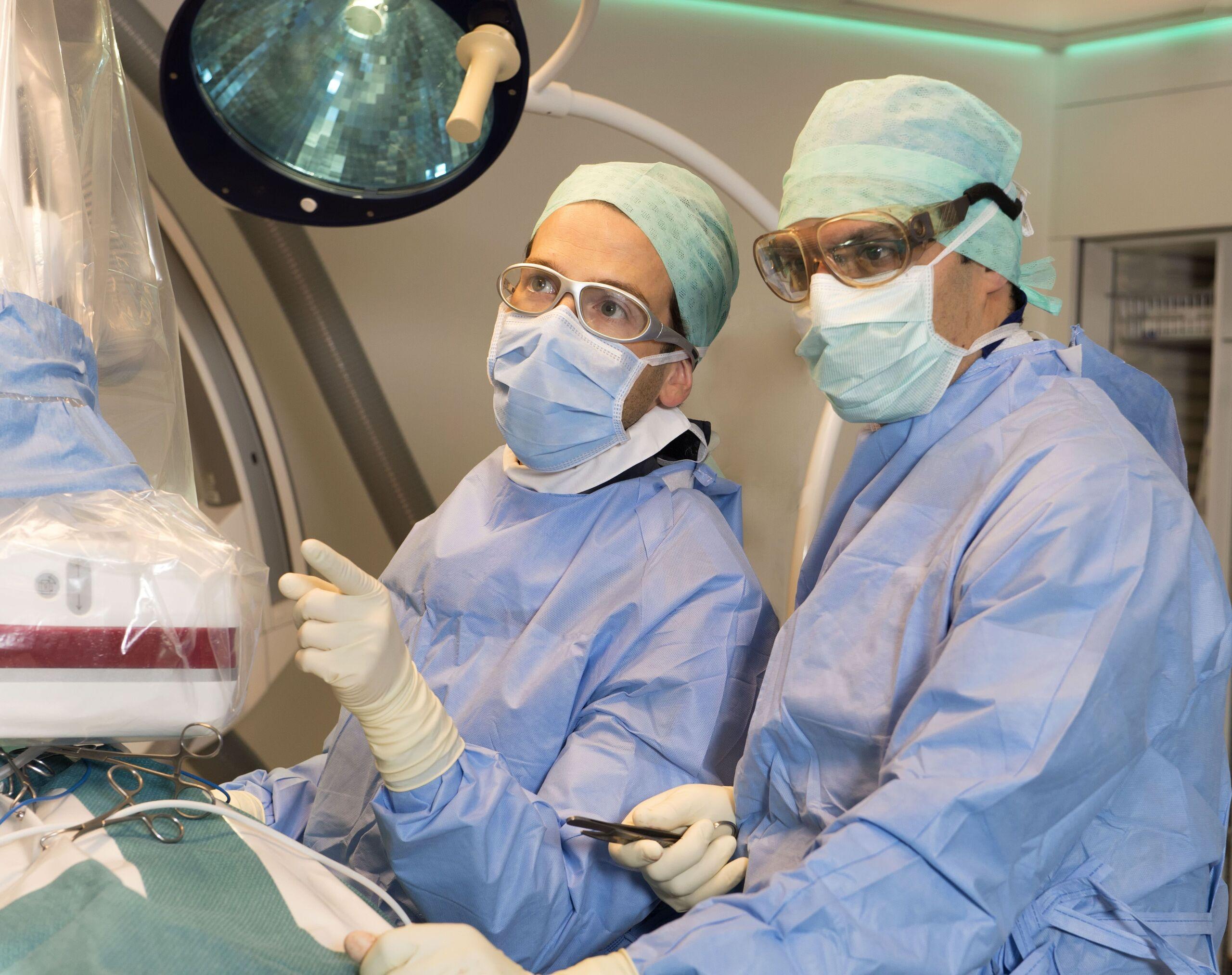 CRT-D Implantation durch PD Dr. Jan Steffel (links) und Dr. Ardan Saguner (rechts)