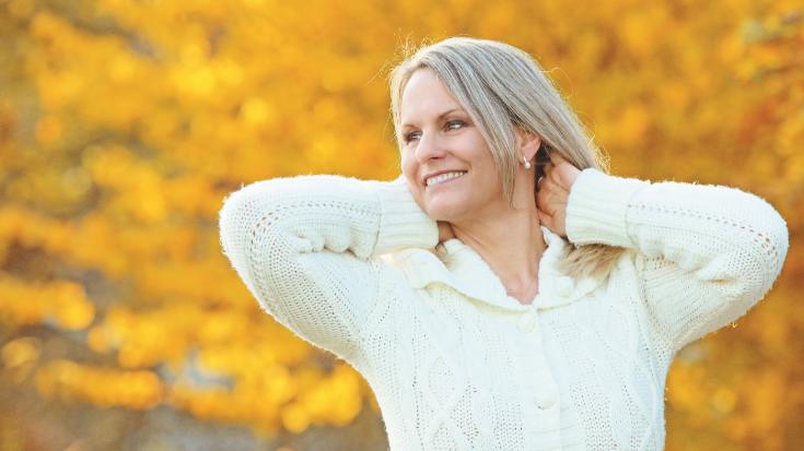 Lächelnde Frau in weissem Pullover