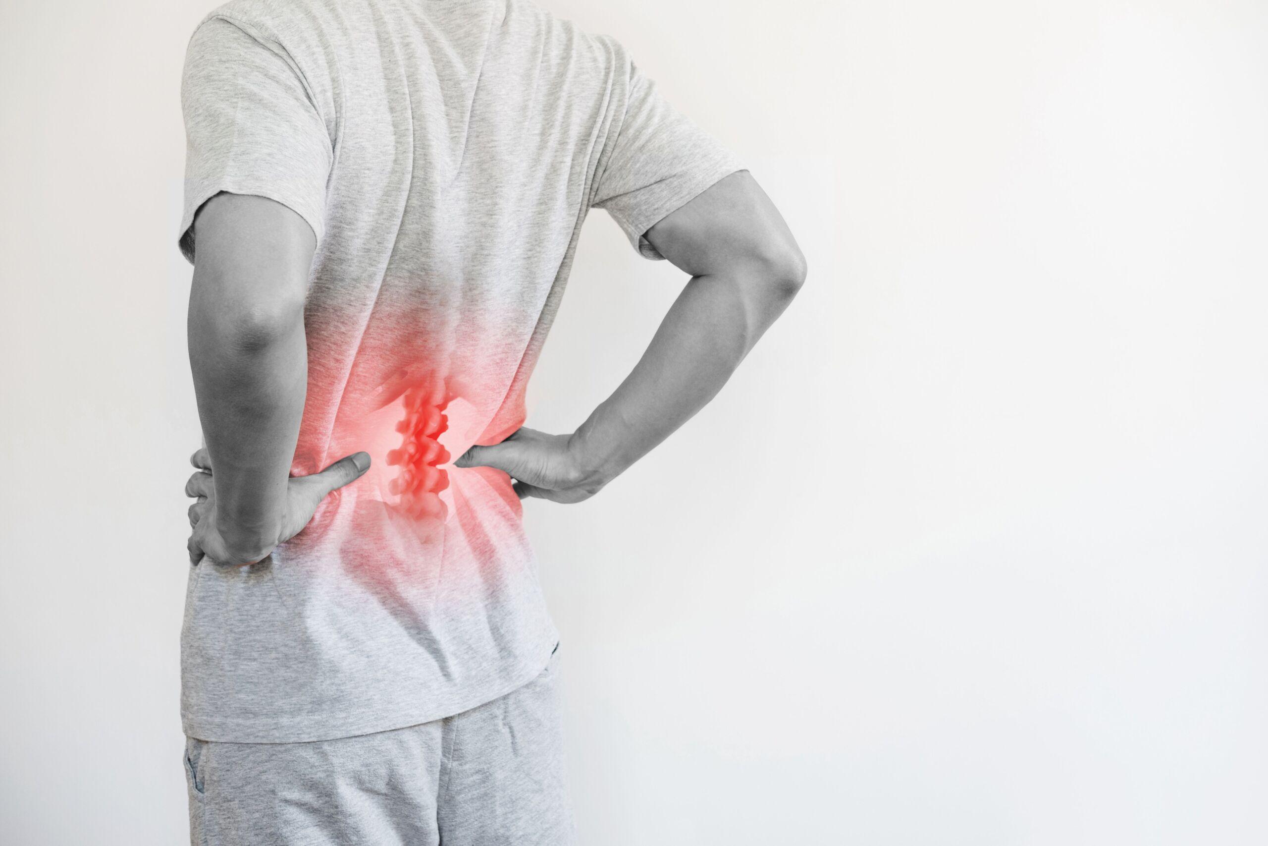 Mann beugt sich vor Rückenschmerzen
