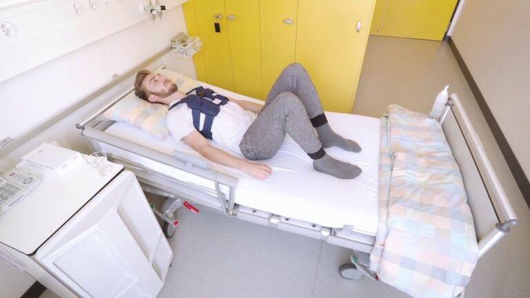 Mann liegt nach einer Sternotomie im Bett