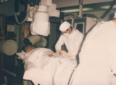 Andreas Grüntzig bei einer Herzkatheteruntersuchung im Operationssaal