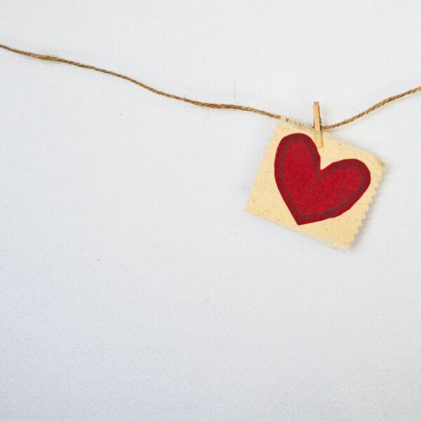 Symbolbild Herz an einer Wäscheleine