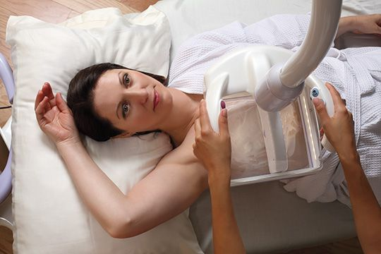 Frau im Mammasonografie Gerät