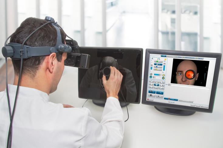 Arzt am Simulationsmodell für das indirekte Spiegeln