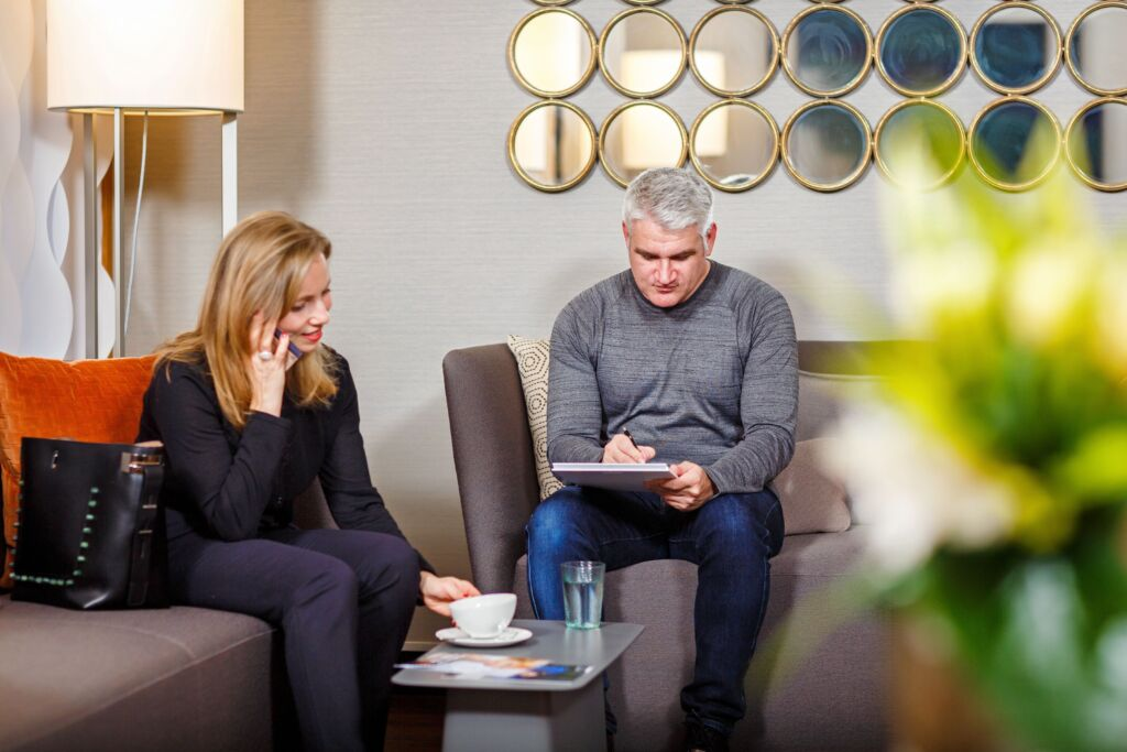 Two people sitting in the waiting area of the USZ International Office