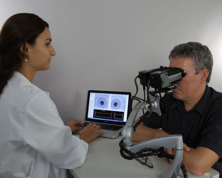 Ärztin führt Pupillometrie durch