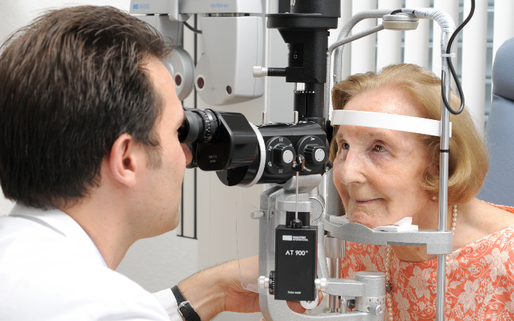 Arzt führt Katarakt-Untersuchung durch