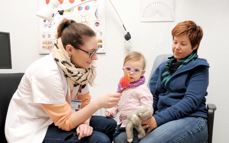 Kind mit Sehschwäche wird betreut
